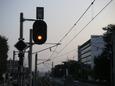 夕闇に浮かぶ信号