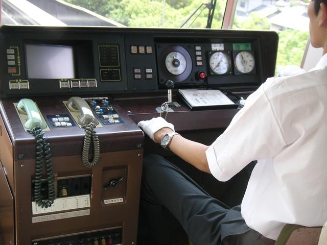 大阪モノレールの運転席 電車としては珍しく右側に運転席があります。基本的にワンマン運転で、右側.